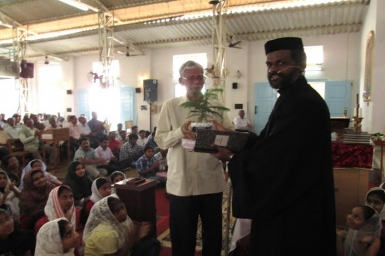 Indian Orthodox Vicar turns green conscious for Christmas, gifts saplings for senior citizens