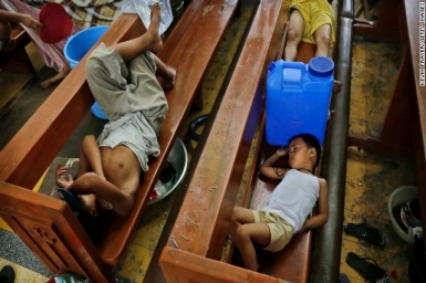 Typhoon Haiyan survivors begin to rebuild amid reigning confusion and delays in aid