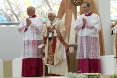 Pope celebrates Mass in Milan