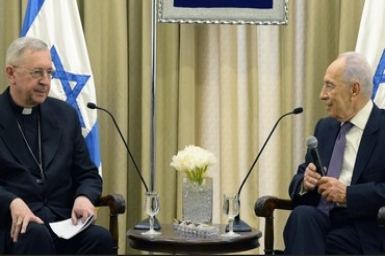Peres invites Pope Francis to Israel