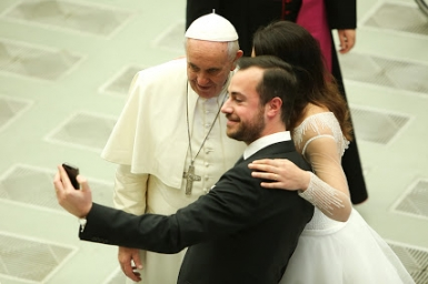 Pope tells fiancés to prepare for marriage with deep awareness