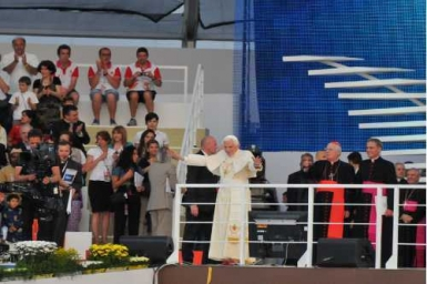 The great Feast of Testimonies: The Pope embraces all the families of the world from Milan