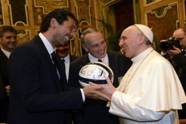 Pope meets Italian, Argentine football players