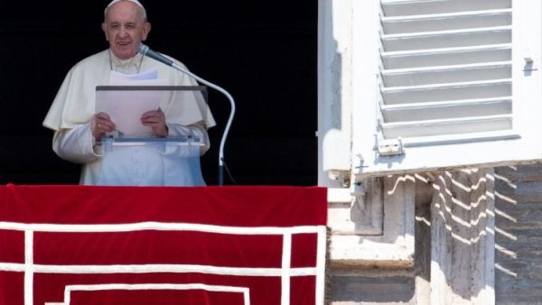 Pope at Angelus: Fidelity to God means willingness to serve