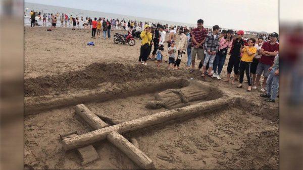 "Vietnamese sand sculpture recalls Pope's Covid-19 ""Urbi et Orbi``"